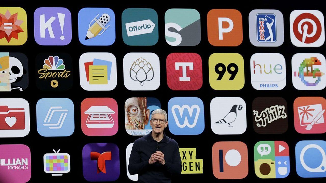 Tim Cook, le patron d'Apple, devant une projection de son App Store