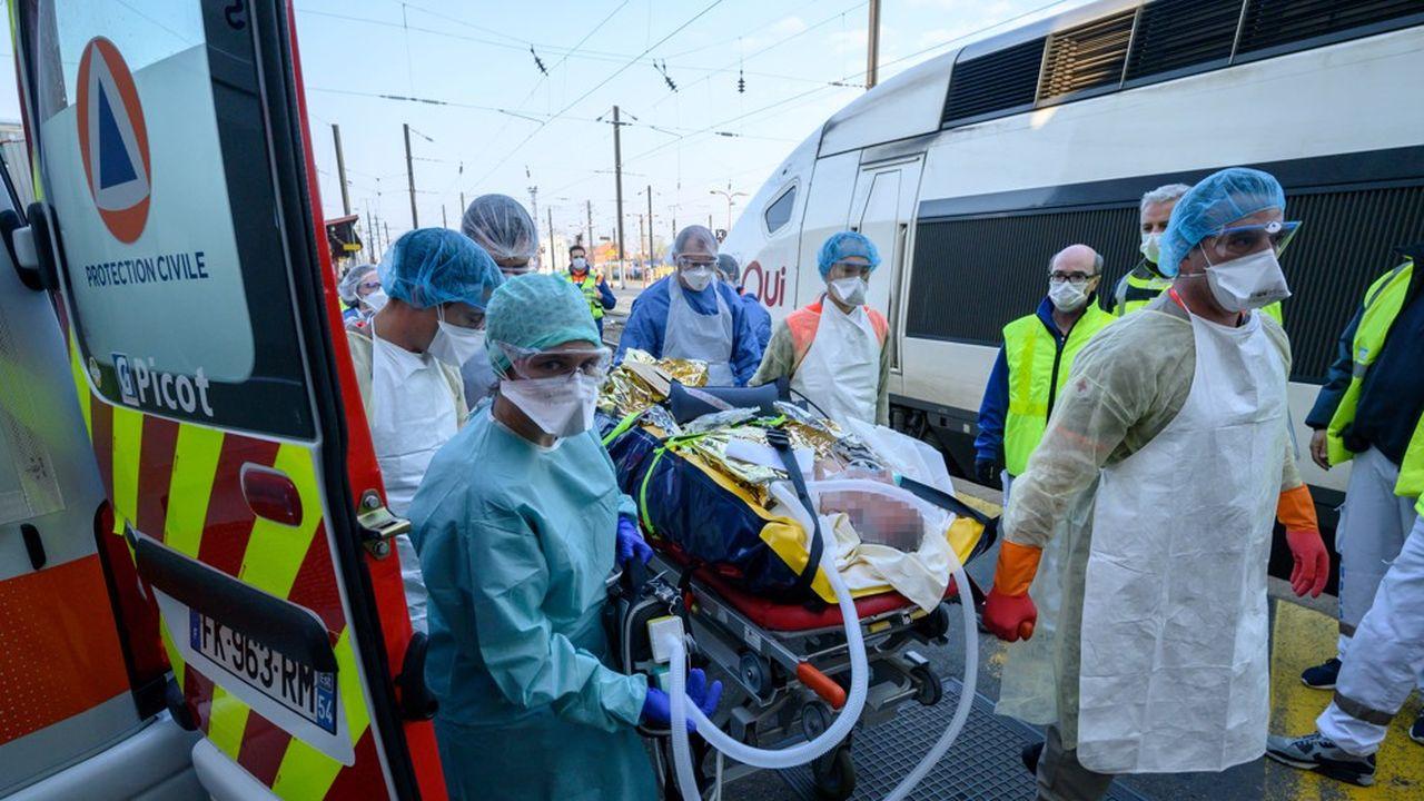 27.432 personnes sont actuellement hospitalisées, dont 6.662 en réanimation, 35 % de ces patients ont moins de 60 ans.
