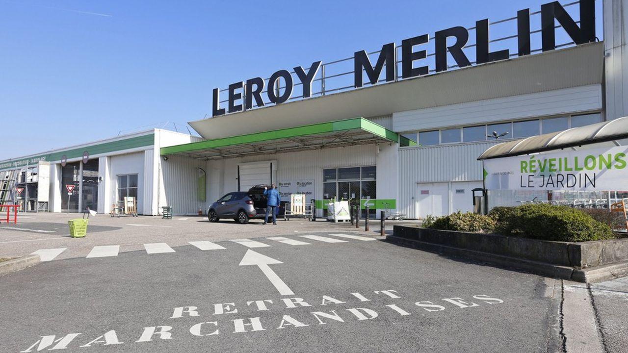 Client attendant sa commande a l'extérieurRéouverture des magasins de bricolage Leroy Merlin avec un service spécifique de commande en ligne sur internet et retrait des marchandises sur rendez-vous en période de confinement dans le cadre de la lutte contre le Coronavirus, en périphérie de Nancy