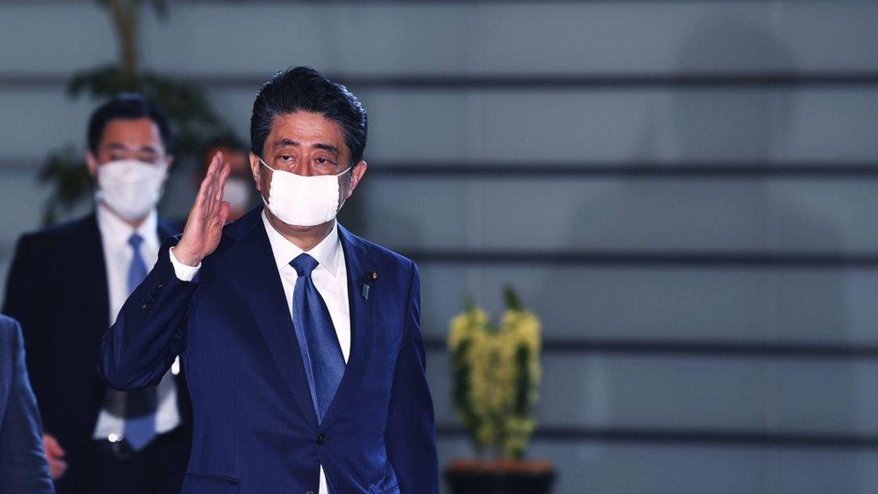 Shinzo Abe a finalement cédé à la pression des gouverneurs de Tokyo et Osaka, ainsi qu'aux mises en garde de médecins.