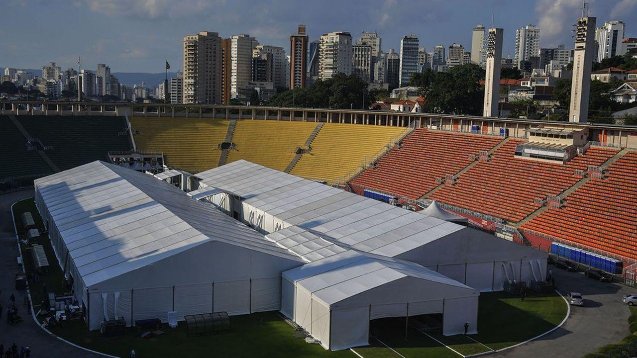 Un hôpital de campagne dans un stade de Sao Paulo. La pandémie du coronavirus touche aussi les émergents de plein fouet.