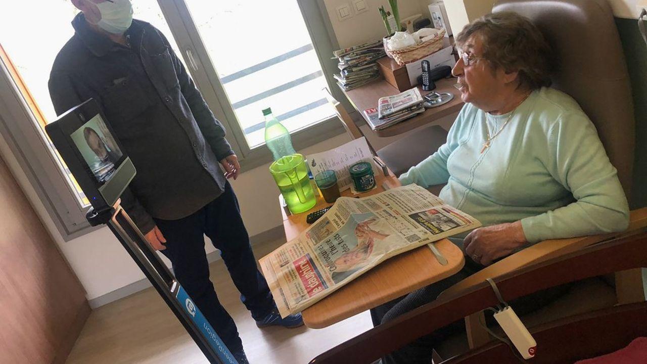 Un animateur se charge d'accompagner les personnes âgées pour les familiariser avec ce visiteur atypique.