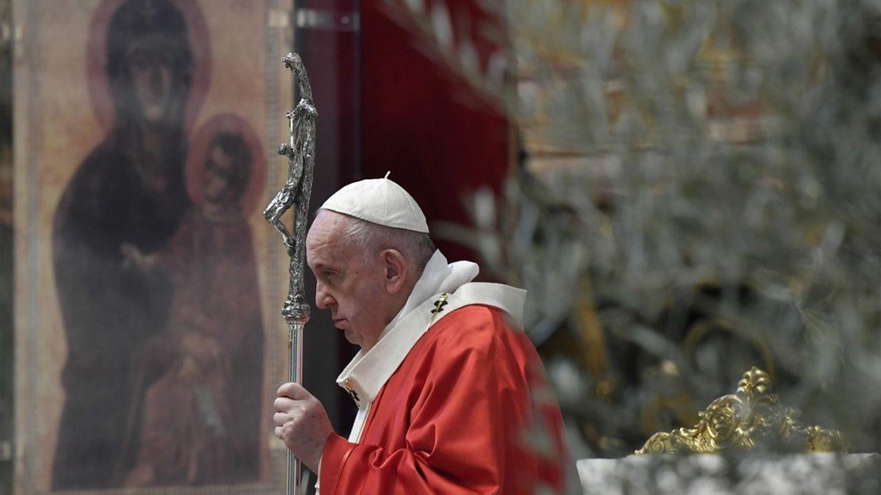 En raison de l'épidémie de coronavirus, le pape François a célébré, seul, le dimanche des Rameaux derrière des portes fermées dans la basilique Saint-Pierre de Rome.