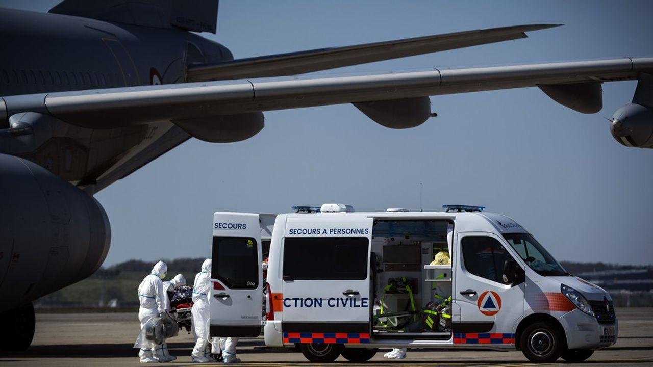 Evacuation le 3avril de patients infectés au COVID-19 à l'aéroport de Blagnac à Toulouse dans l'A330 de l'armée de l'air.