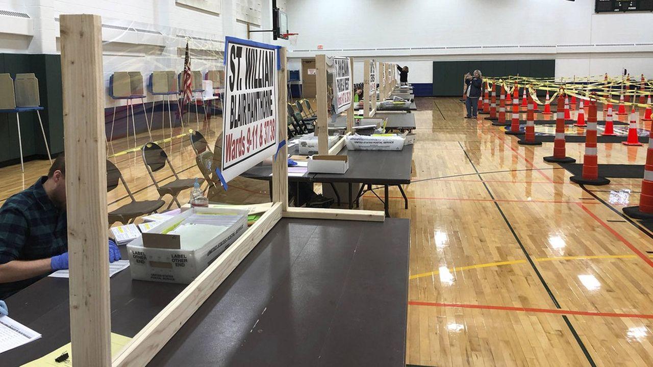 Si une bonne part des électeurs ont déjà demandé à voter par correspondance, le vote physique pourrait avoir du mal à se dérouler, la pandémie de Covid-19 ayant dissuadé de nombreux volontaires de tenir les bureaux de vote
