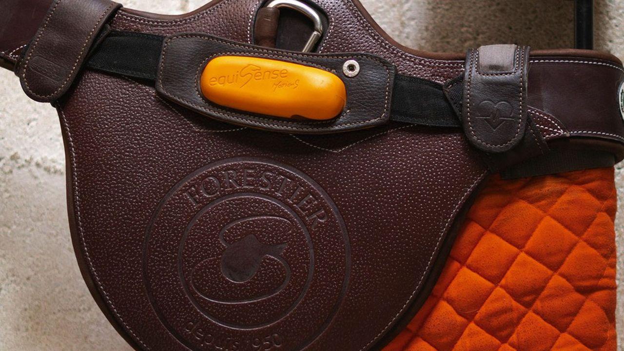 Le capteur de mouvement connecté inventé par Equisense est inséré dans la selle en cuir fabriquée par Groupe Voltaire.