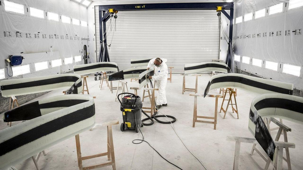 Sur les chantiers (ici un atelier de Bénéteau), seules quelques activités de finitions, qui peuvent être effectuées par une personne seule, fonctionnent encore.