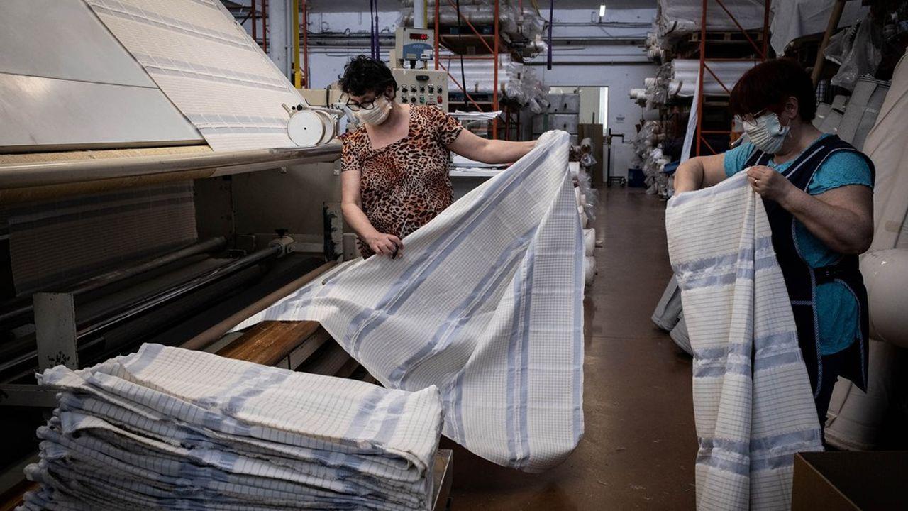 Les Tissages de Charlieu (Loire), spécialisés dans le tissu pour l'habillement, se sont lancés dans la production de masques.