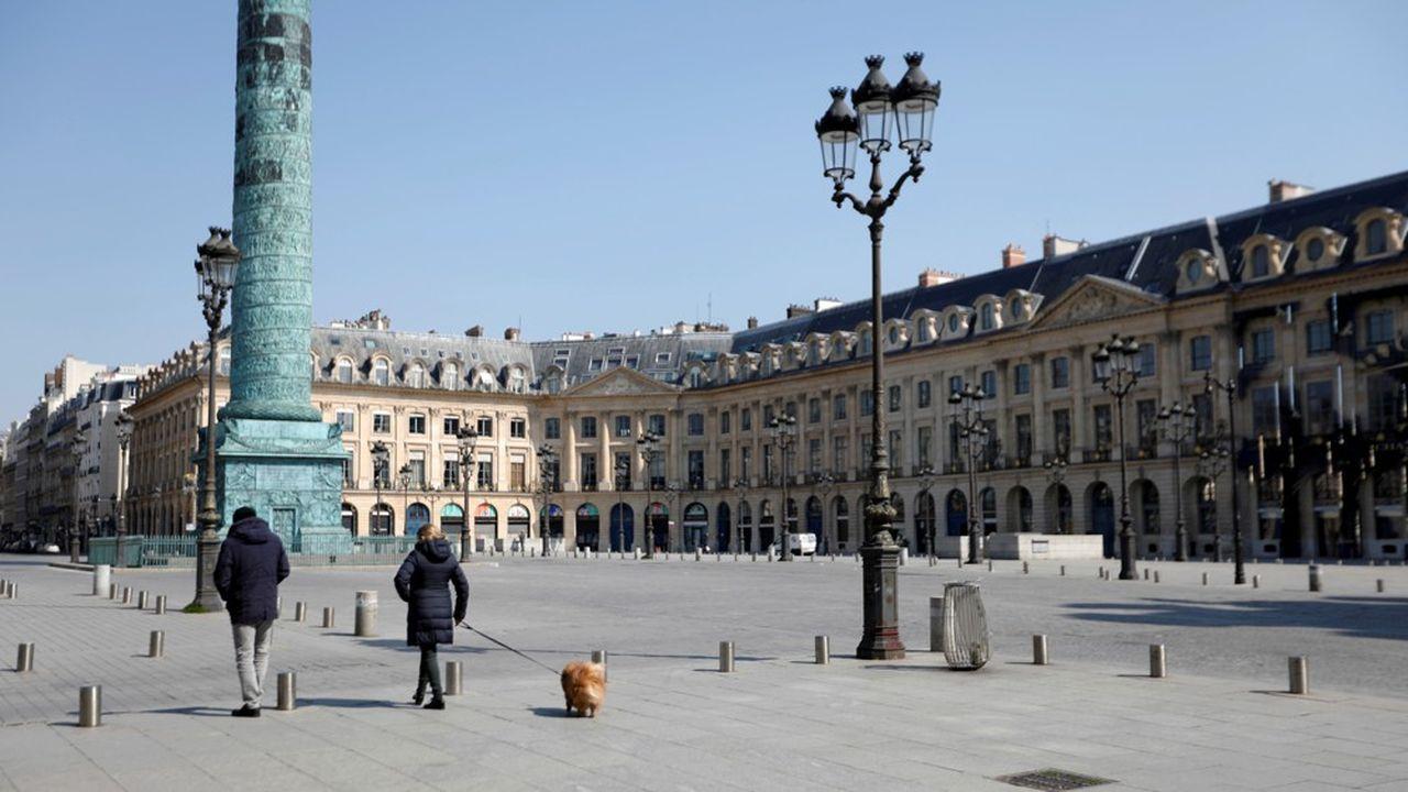 Le Pavillon Vendôme de Potel et Chabot, donnant sur la place éponyme, est fermé et ses abords désertéspour cause de confinement.