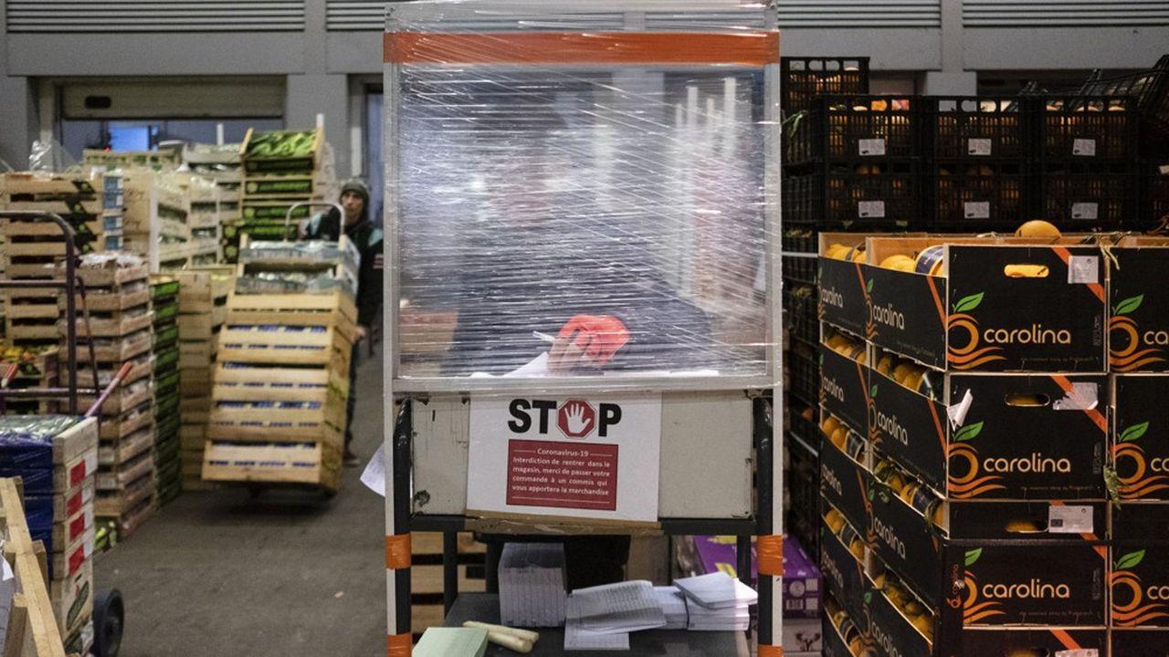 Depuis le début de l'épidémie, les acheteurs du MIN ne sont plus autorisés à se promener entre les cagettes et à toucher les produits.