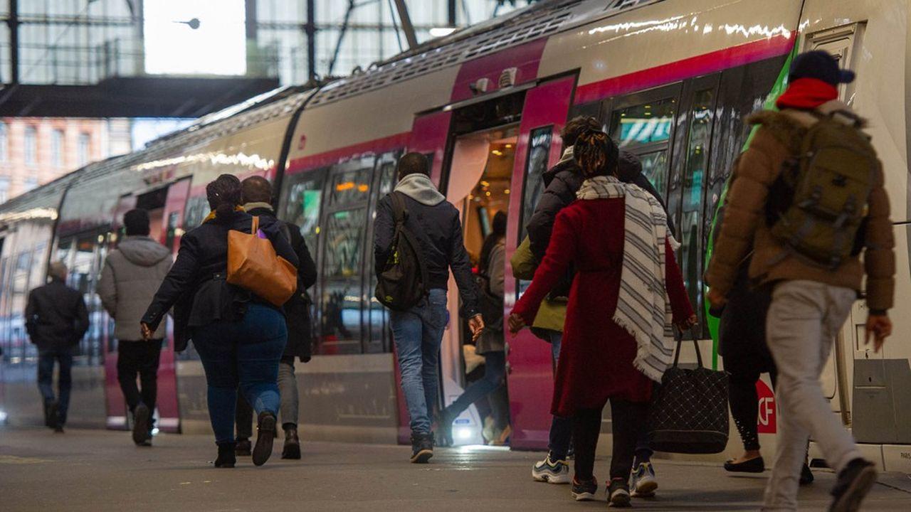 Des utilisateurs du réseau de trains franciliens, à la gare Saint-Lazare de Paris.
