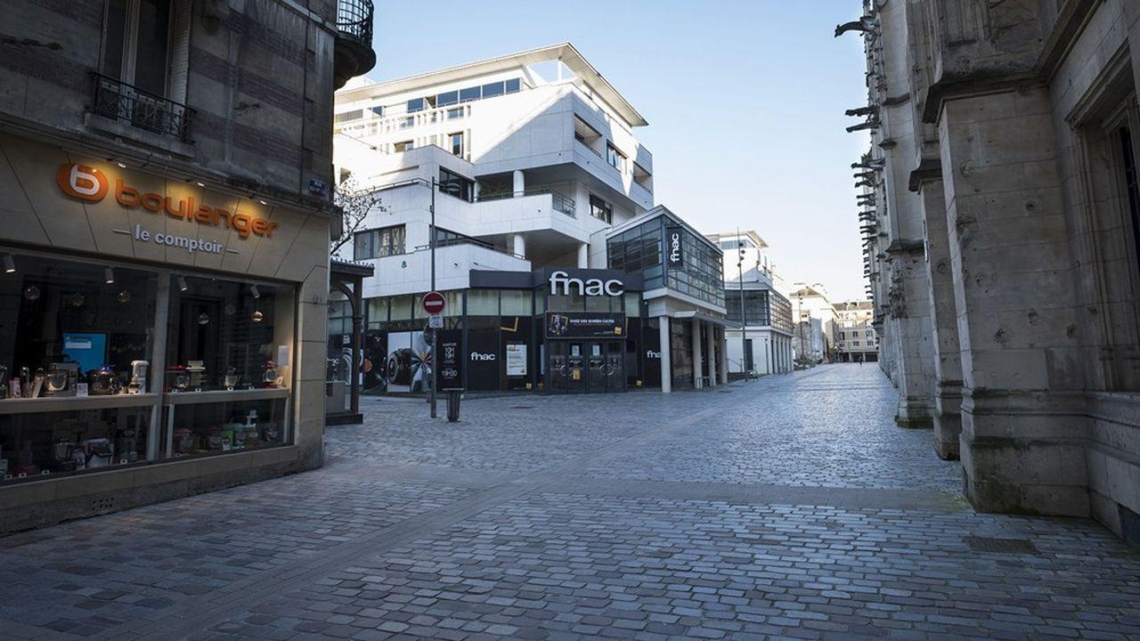 Une rue commerçante, vide, dans le centre de Rouen (Seine-Maritime).