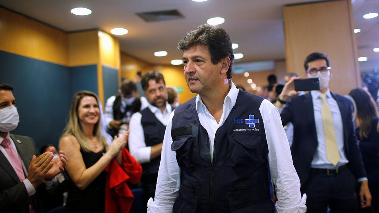 Le ministre de la Santé Luiz Henrique Mandetta est de plus en plus populaire au Brésil. On le voit ici arriver à une conférence de presse à Brasilia.