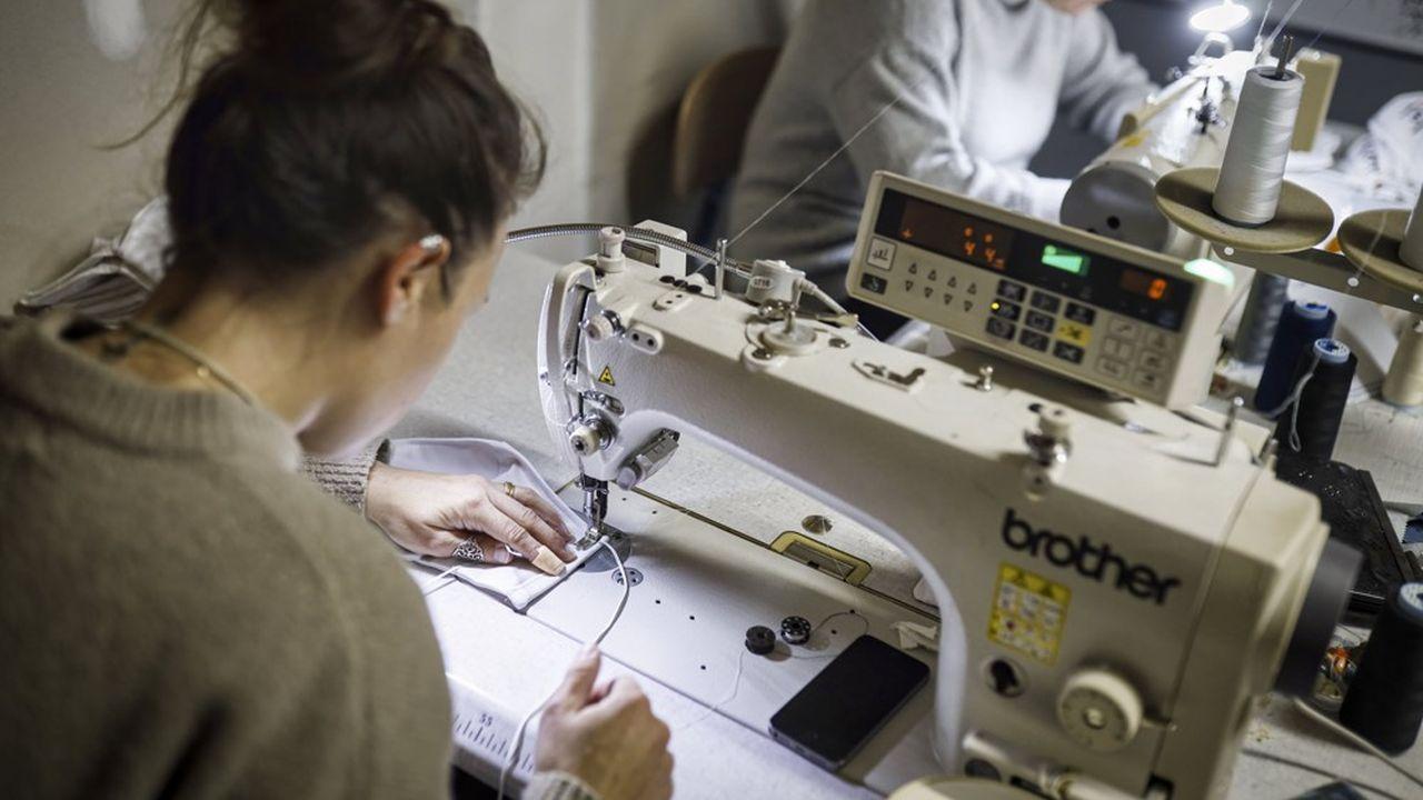 Quelque 240 entreprises produisent actuellement environ 800.000 surblouses par jour, comme cet atelier MB Couture à Bordeaux.