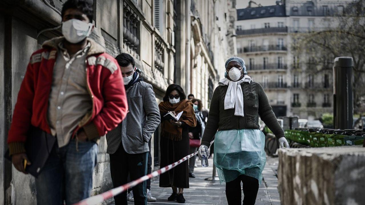 Une fil d'attente devant un centre médical parisien dans lequel il est possible de faire un test de dépistage du SARS-CoV-2.