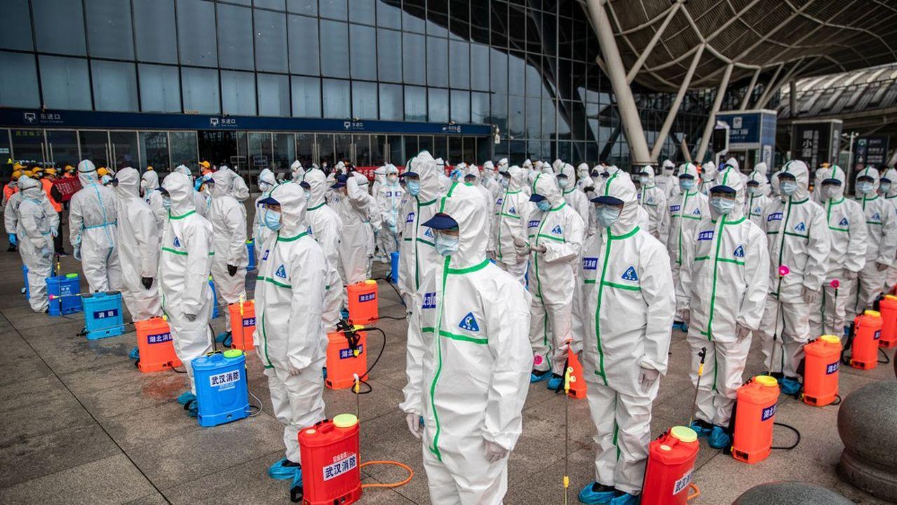 Tout un symbole, une équipe a désinfecté la gare de Wuhan, la ville d'où est partie l'épidémie en décembre, avant sa réouverture, il y a quelques jours.