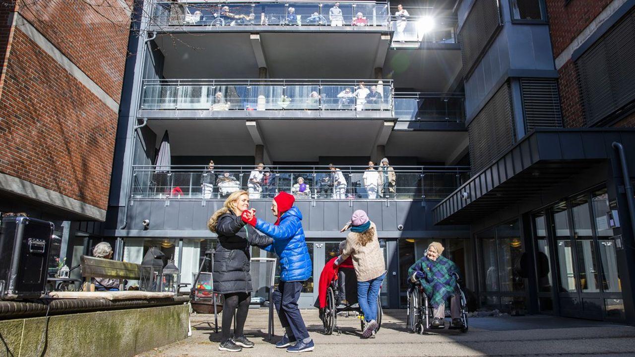 Les résidents d'un centre pour personnes âgées à Oslo, où le port du masque est quasi inconnu, participent à des activités de plein air.