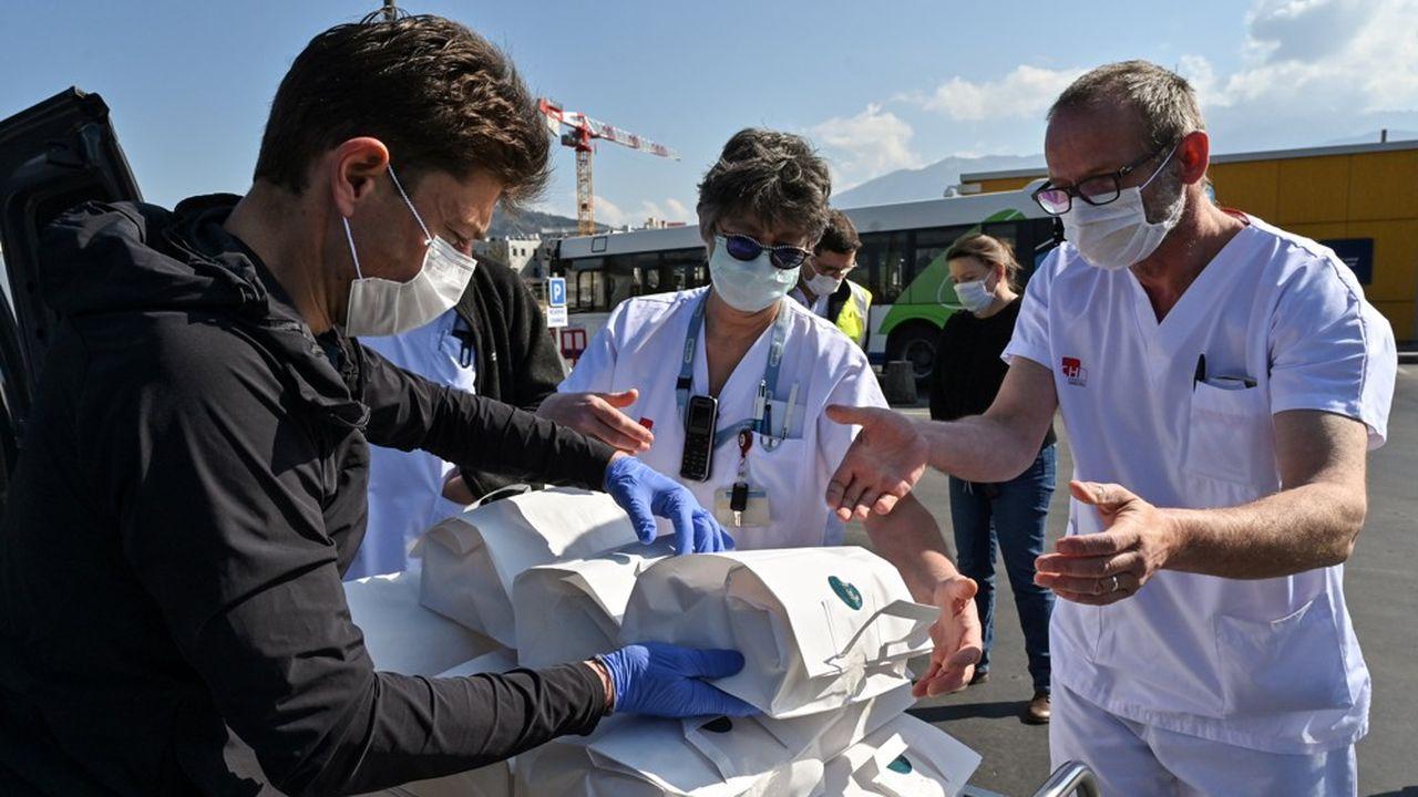 Jean Sulpice, à gauche, a livré 60 plateaux-repas aux soignants de l'hôpital local le 2 avril.