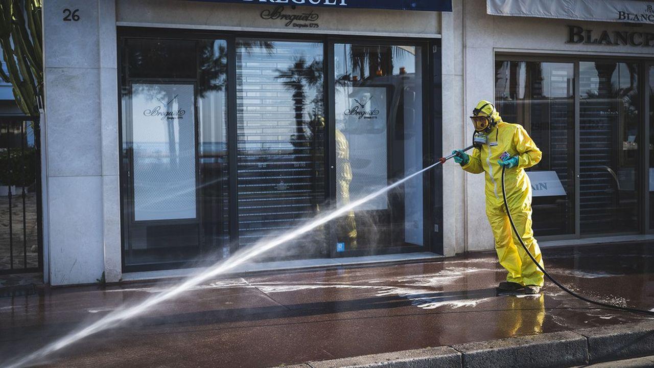 La pulvérisation de solutions désinfectantes pour barrer la route au coronavirus, comme ici dans les rues de Cannes, posent certains problèmes sanitaires, prévient le Haut Conseil de la santé publique.