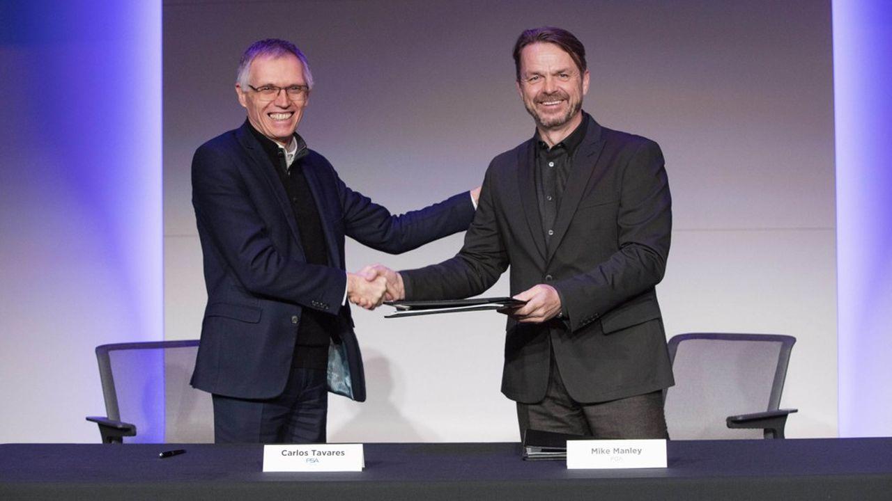 Carlos Tavares, le patron du groupe PSA, et Mike Manley, directeur général de FCA, lors de la signature du projet d'accord de fusion entre les deux constructeurs automobiles.