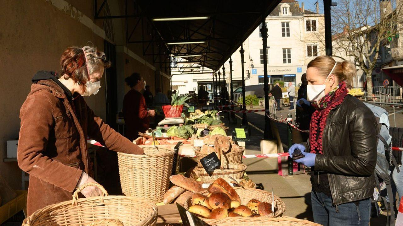 Sur les 10.500 marchés recensés dans l'Hexagone, au moins 3.700 peuvent désormais se tenir, selon la Fédération des marchés de France.