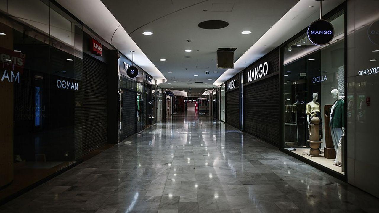 Les allées vides du centre commercial des Halles à Paris./AFP)