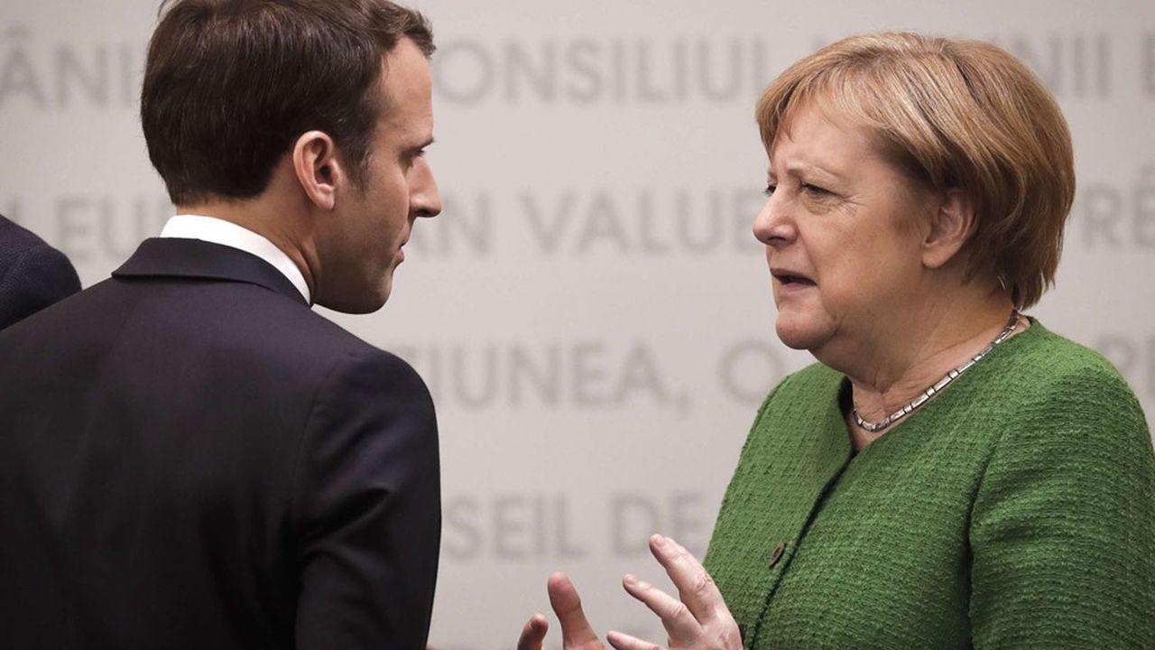 Le président de la République française Emmanuel Macron en discussion avec la chancelière allemande Angela Merkel, en mai2019 lors d'un sommet européen en Roumanie.