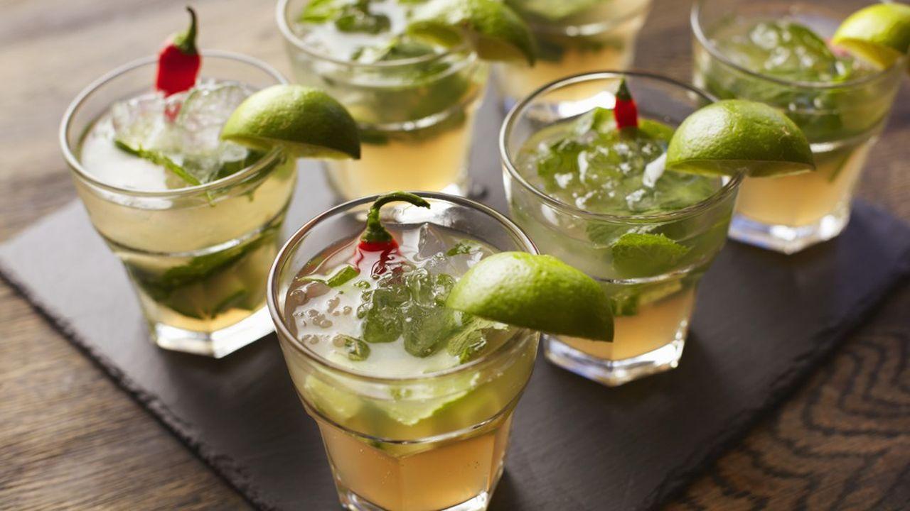 Le confinement des populations et la fermeture des bars ont fortement pesé sur les ventes d'alcool.