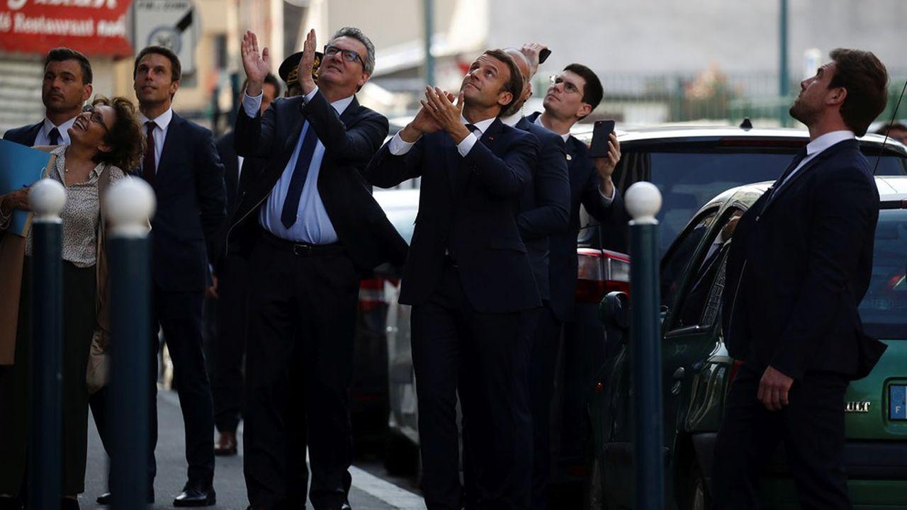 Emmanuel Macron à Pantin (Seine-Saint-Denis) le 7avril, lors de sa visite d'un centre médical.