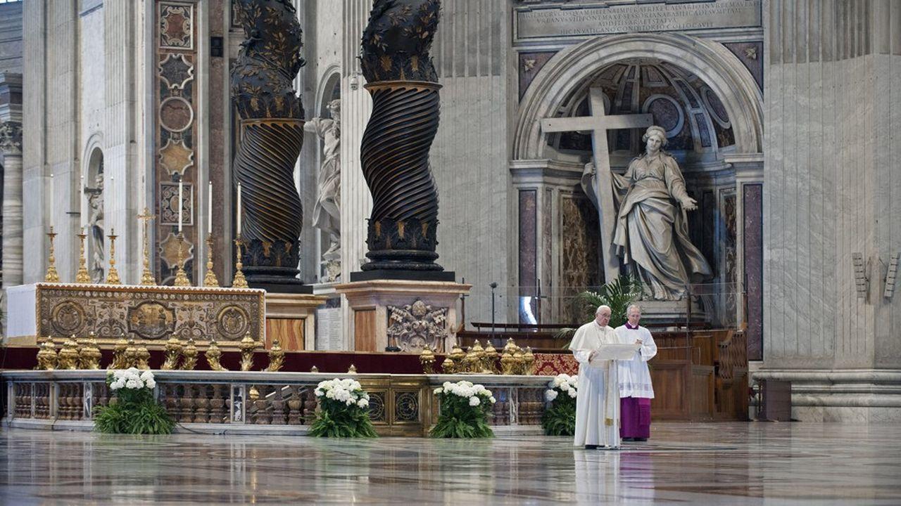 Le pape François a délivré la traditionnelle bénédiction urbi et orbi à Rome non pas du balcon de sa résidence mais depuis le centre de l'église Saint Pierre, vide de fidèles pour raisons prophylactrique à cause du Covid-19.
