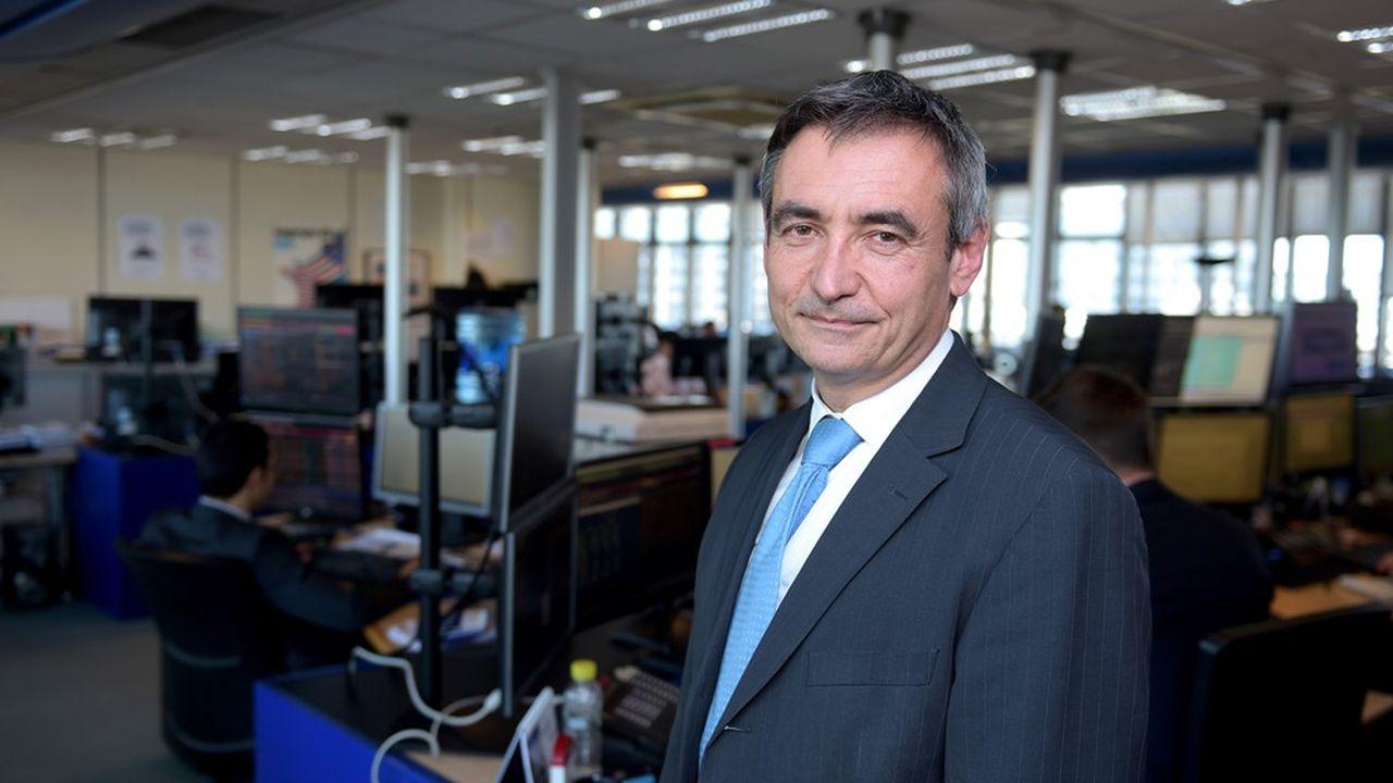 Anthony Requin dans la salle où ont lieu les adjudications de dette française, à Bercy.