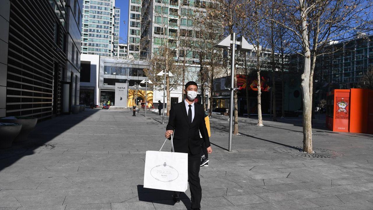 Sortis du confinement, les consommateurs aisés chinois auraient recommencé à faire des achats de luxe sans attendre.