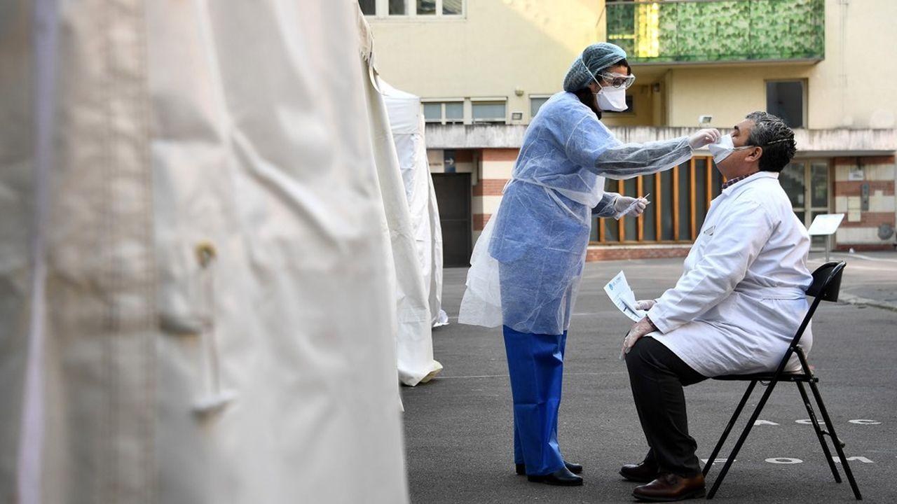 Le protocole national de dépistage en Ehpad prévoit d'abord de tester le personnel des établissements.