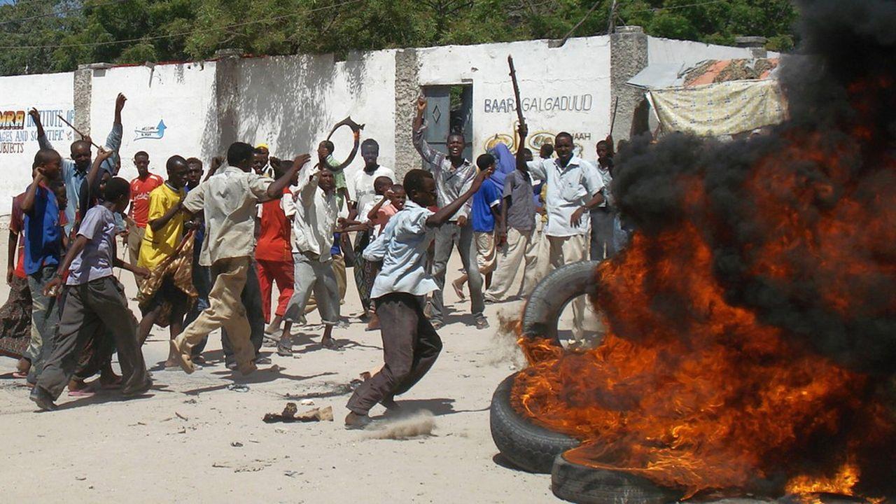 Mai2005, des Somaliens brûlent des pneus lors d'une manifestation après la dévaluation de la devise locale aggravant l'inflation des prix alimentaires.