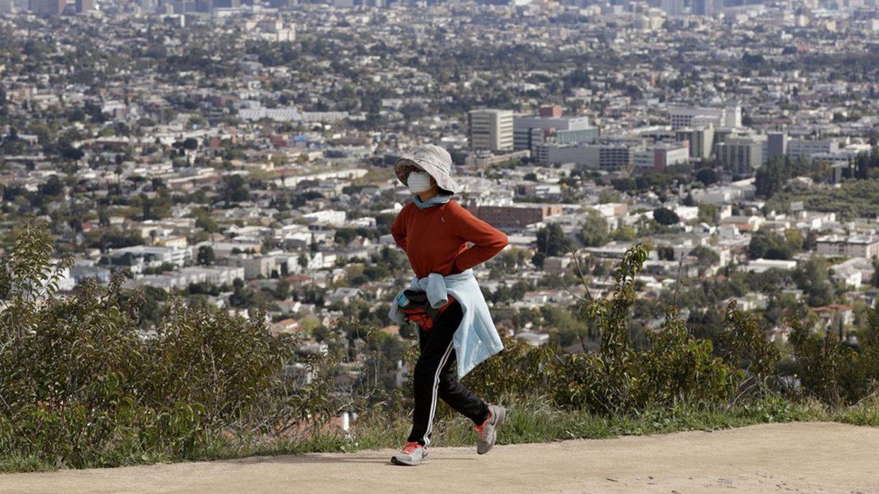 En mettant en place rapidement des mesures de distanciation sociale strictes, la Californiea réussi à limiter la propagation du coronavirus.