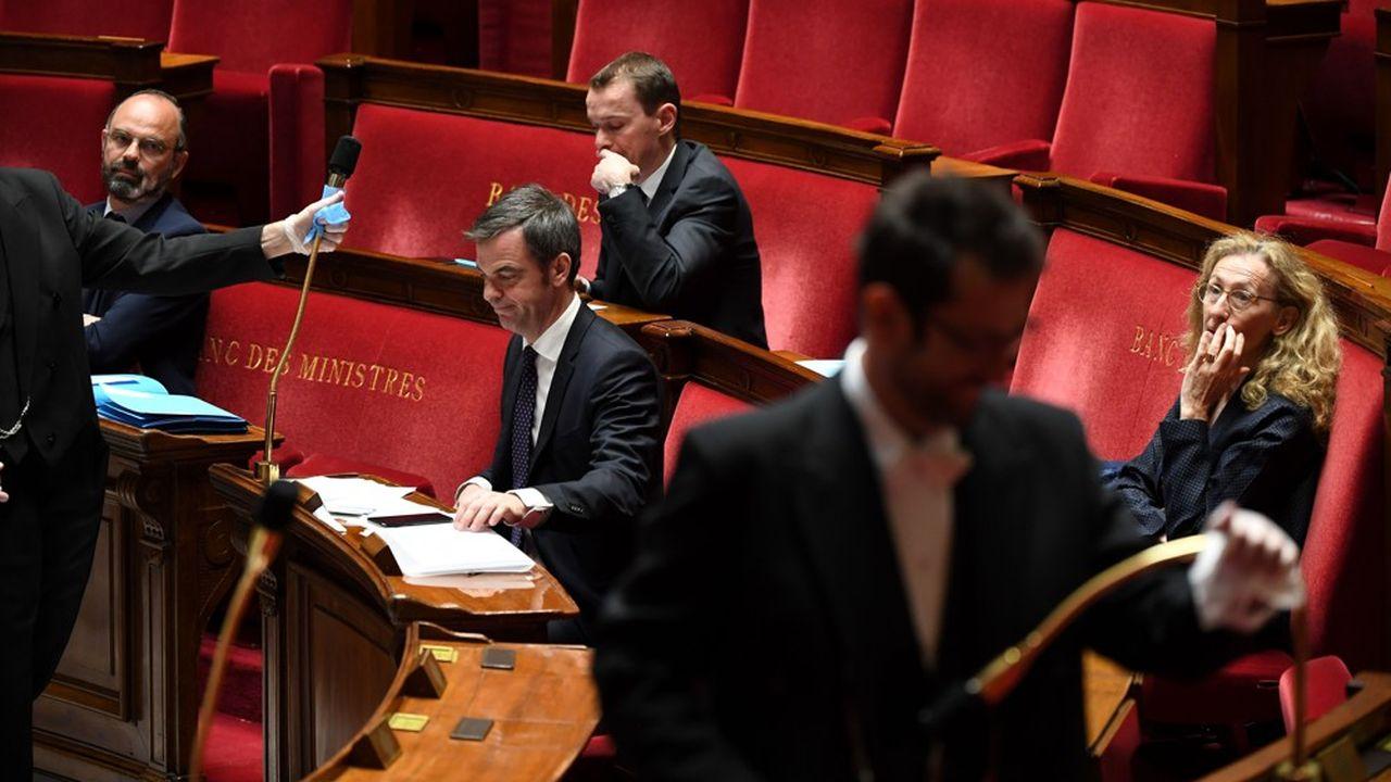 Edouard Philippe (à gauche) et, derrière lui, Olivier Dussopt.