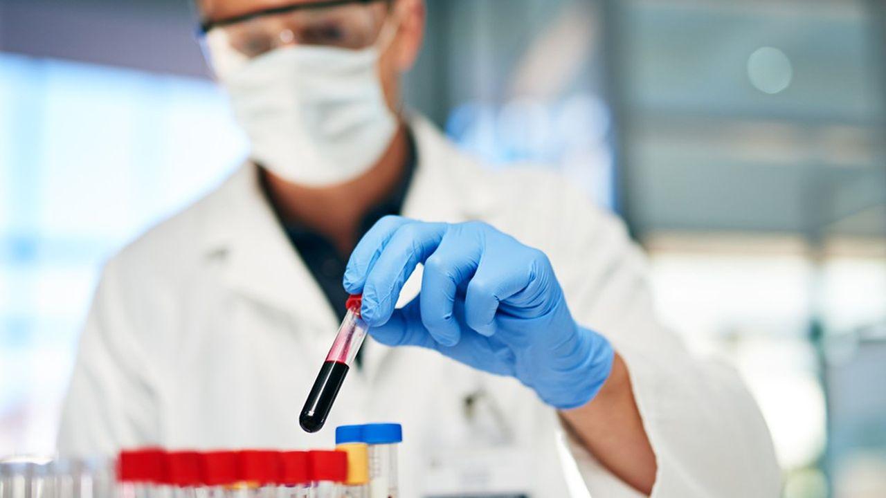 Les tests sérologiques permettent de détecter si une personne a contracté le coronavirus et développé des anticorps pour s'en protéger.