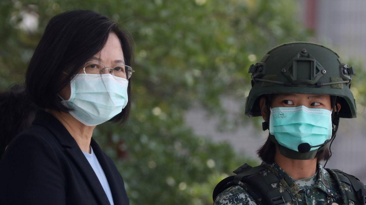 La présidente de Taïwan, Tsai Ing-Wen, observe des manoeuvres de soldats dans un camp militaire début avril2020.