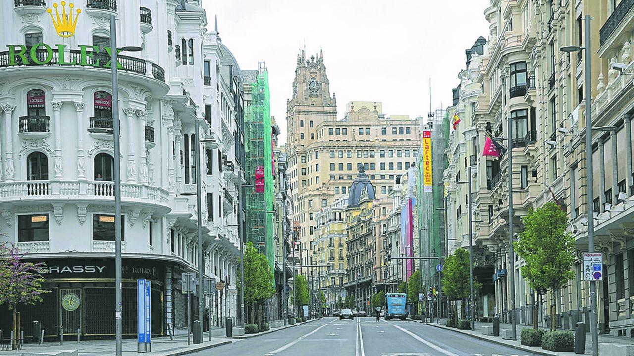 La Gran Via de Madrid était déserte le 1eravril mais, à l'instar d'autres Etats membres de l'UE, le royaume d'Espagne entame de premières levées des mesures de confinement.