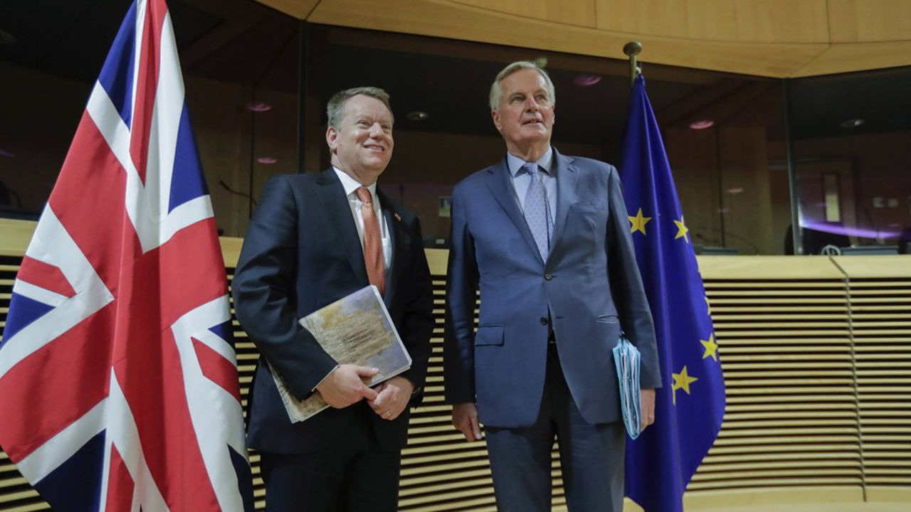 Michel Barnier et son homologue britannique David Frost, avant l'ouverture du premier round de négociation, début mars.
