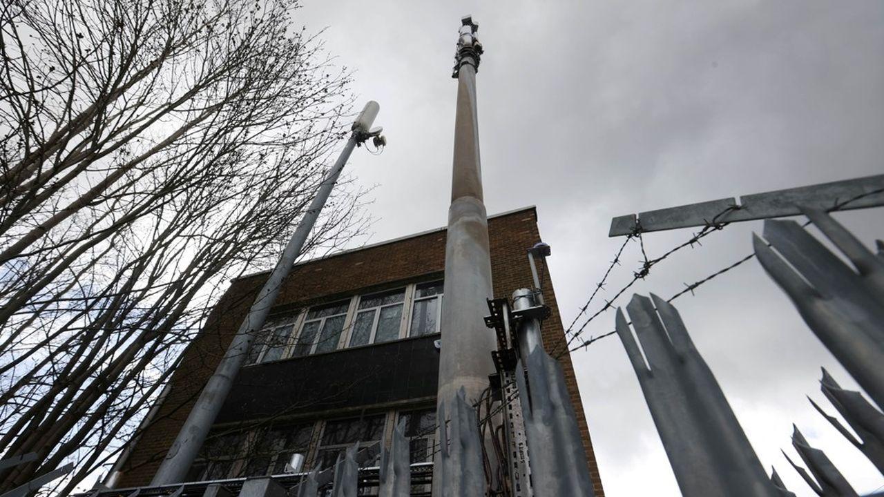 En Angleterre, la 5G est accusée de tous les maux par certains complotistes.