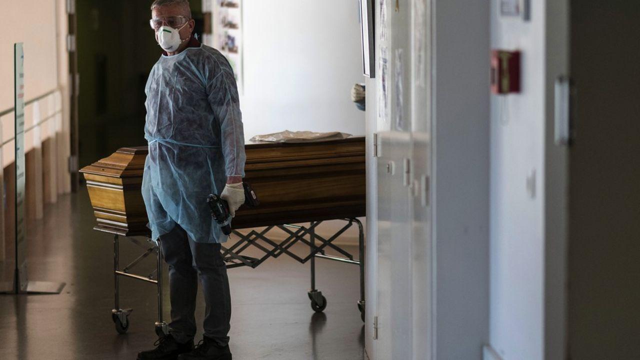 Un employé des pompes funèbres Lantz, près du cercueil d'une victime du COVID-19, à l'hôpital de Mulhouse.