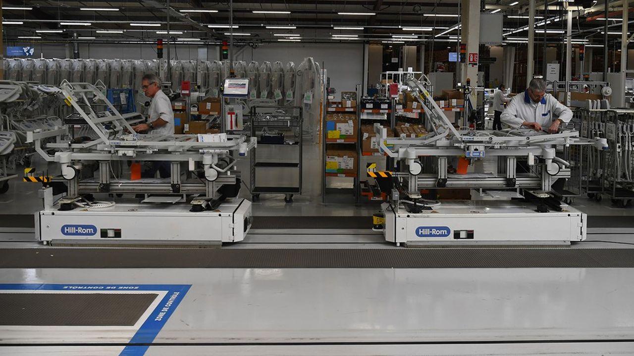 Afin de supporter le pic de production, Hillrom, qui emploie 400 salariés à Pluvigner, dans le Morbihan, a dédoublé les postes.