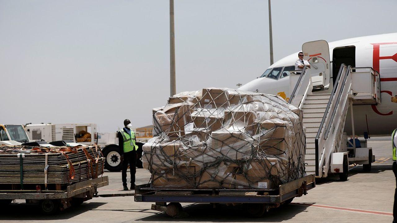 Le secteur privé est appelé à épauler l'aide publique, comme ici au Sénégal avec la fondation Alibaba fournissant du matériel médical.