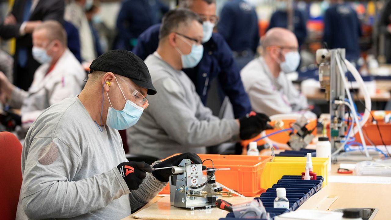 Des ouvriers du constructeur automobile PSA fabriquent des respirateurs artificiels.