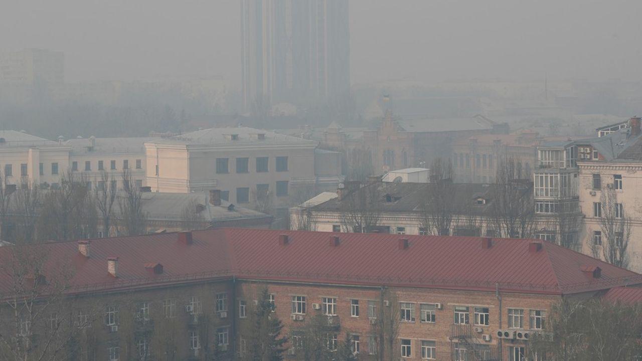 Des immeubles enveloppés de fumée à Kiev, le 17avril, alors que les feux de forêt font rage dans la zone près de la centrale nucléaire de Tchernobyl.