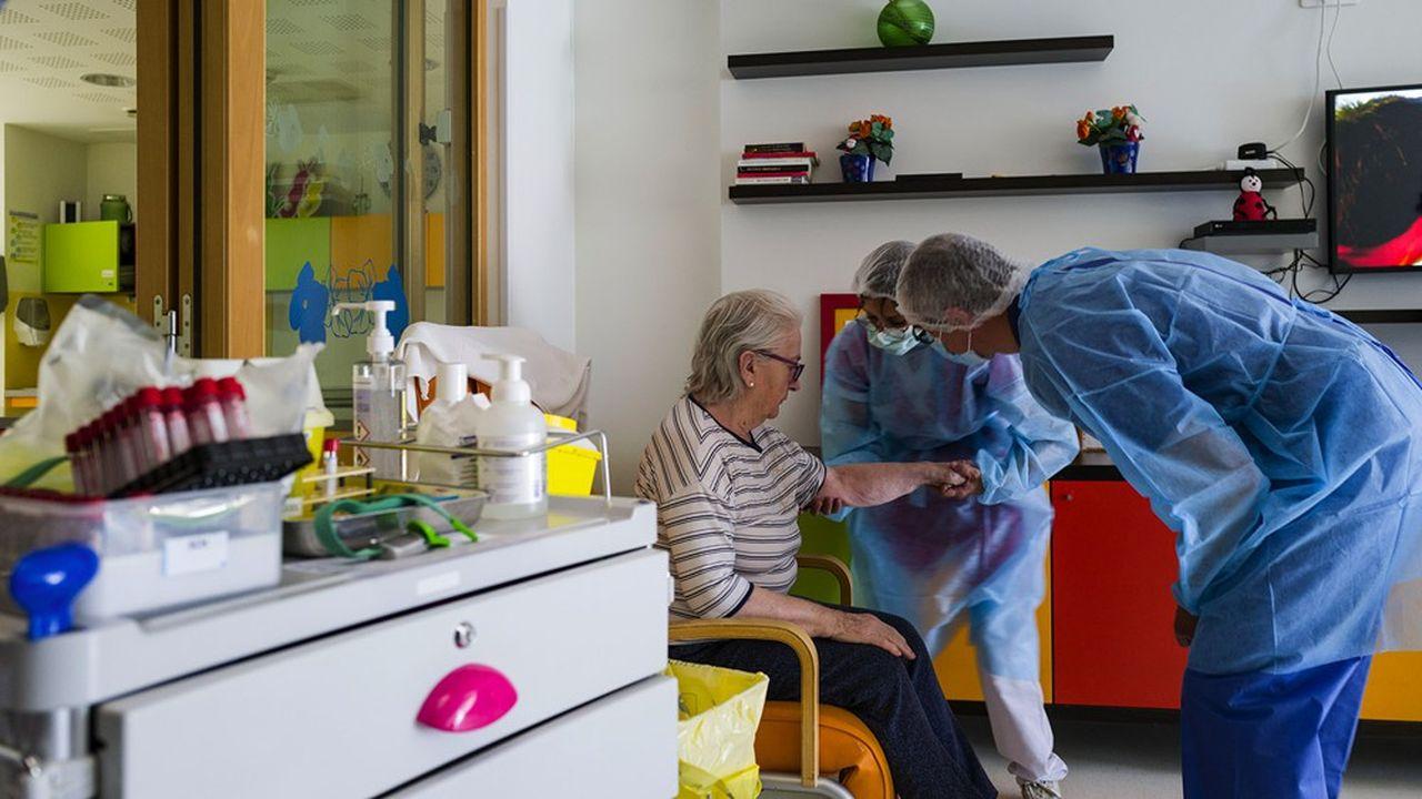 Une campagne de dépistage systématique de tous les résidents des Ehpad (établissements d'hébergements des personnes âgées dépendantes) est lancée . (Photo by SEBASTIEN BOZON / AFP)
