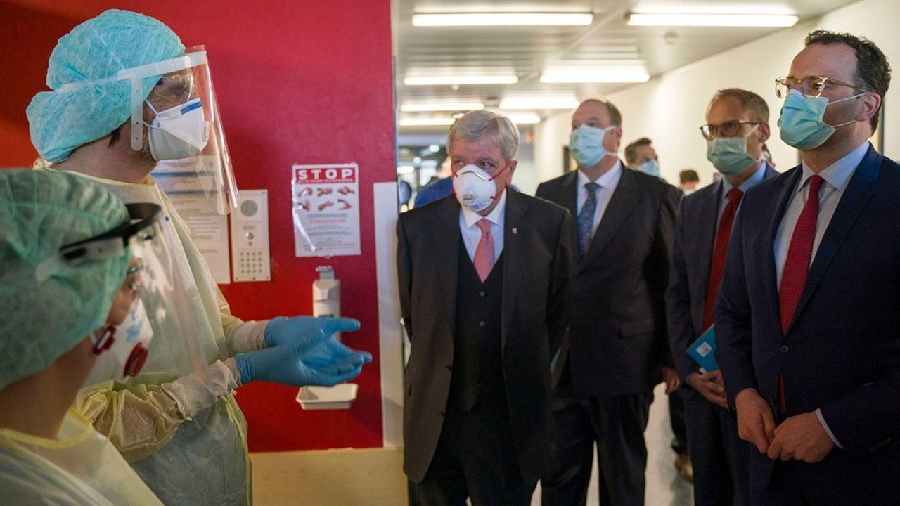 Le ministre de la Santé Jens Spahn (d.) et le premier ministre de Hesse, Volker Bouffier (g.) en visite dans une unité de soins intensifs.