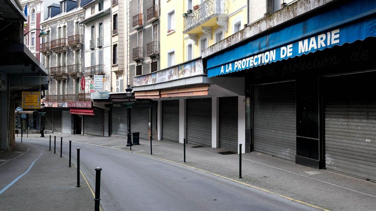Une rue commerçante déserte à Lourdes (Hautes-Pyrénées).
