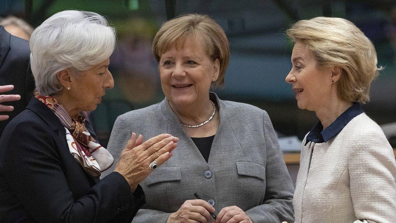 Christine Lagarde, présidente de la BCE, Angela Merkel, chancelière d'Allemagne et Ursula Van der Leyen, présidente de la Commission européenne. Largement portée par un trio de femmes, L'Europe retrouve des couleurs.